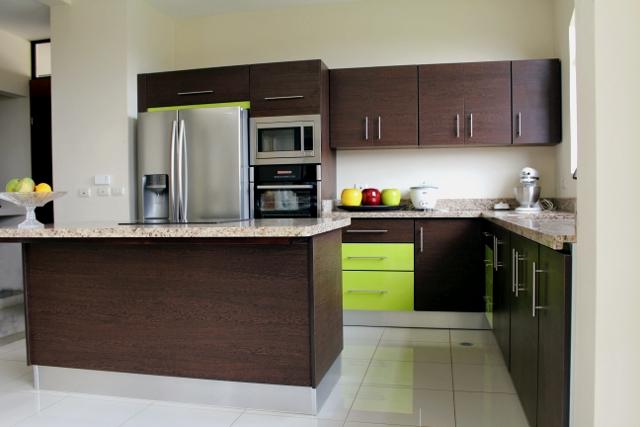 Mueble de cocina con detalles en verde for Muebles de cocina modernos con isla
