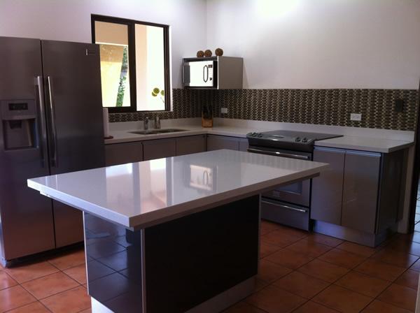 Mueble de cocina con acabados en alto brillo for Muebles de cocina modernos con isla