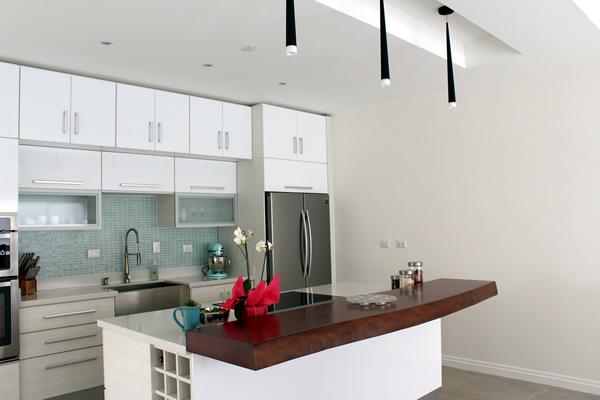 Mueble de cocina moderno en tonos claros - Mueble de cocina moderno ...
