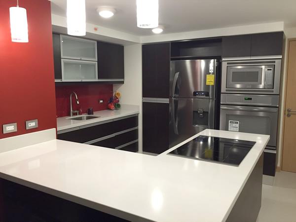 Mueble de cocina con sobre claro for Muebles para cocina en l